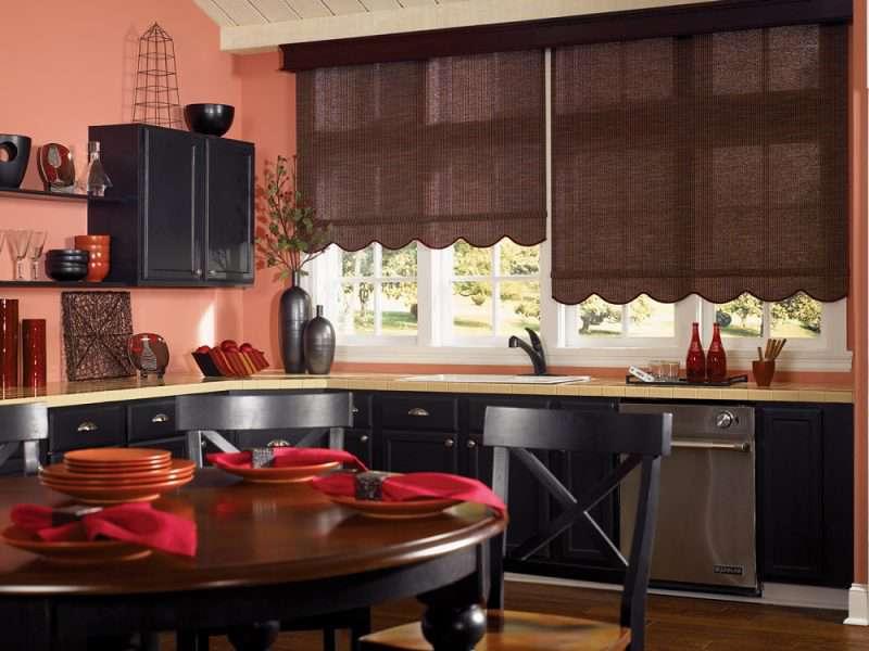 Gian bếp trang nhã với màu trắng, thiết kế nội thất bàn ăn có thể được sử dụng là nơi đọc sách lý tướng